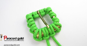 belt-buckle-covered-with-paracord